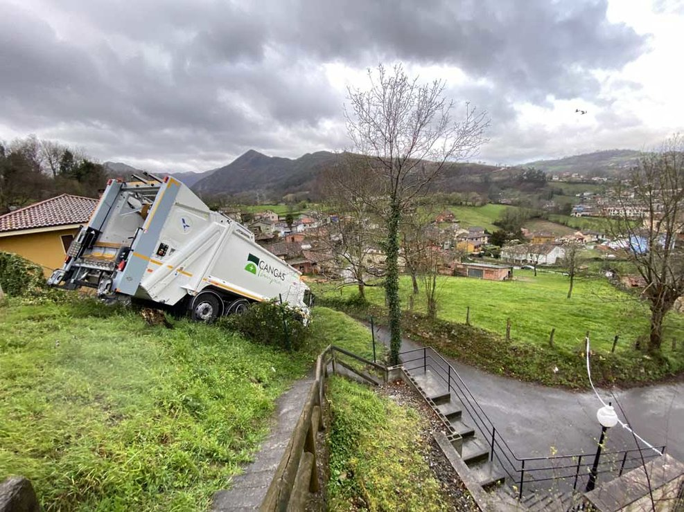 accidente-camion-recogida-cangas-onis-01