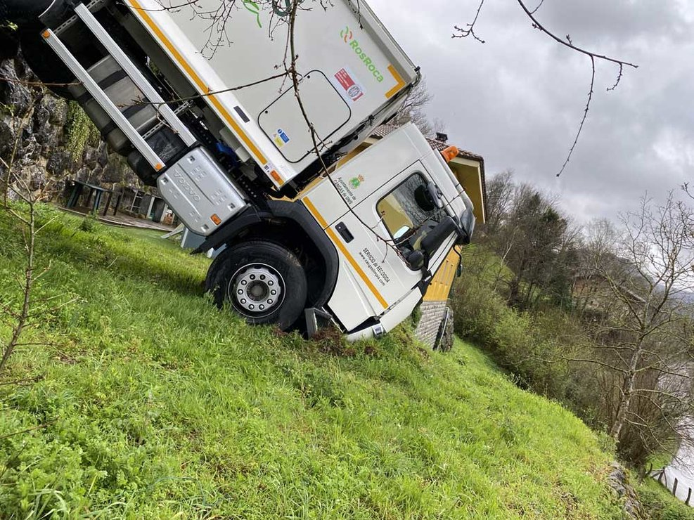 accidente-camion-recogida-cangas-onis-06