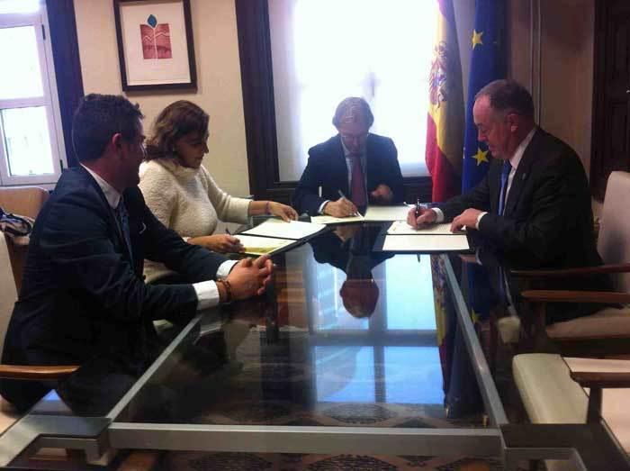 La firma del convenio tuvo lugar en el Ministerio de Fomento, en Madrid.