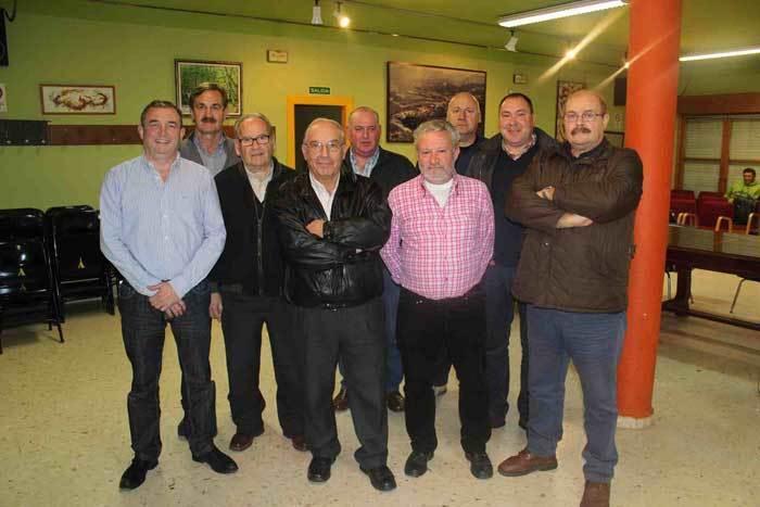 Antón Caldevilla con miembros de la nueva junta directiva de El Esmerillón.