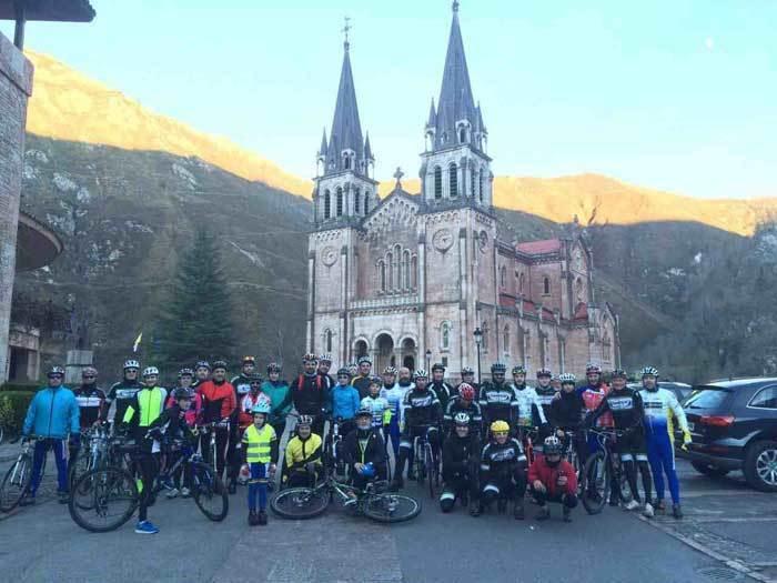 Foto de familia delante de la Basílica de Covadonga.