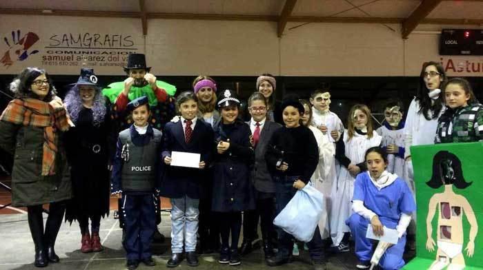 El grupo ganador del premio colectivo, con el jurado.