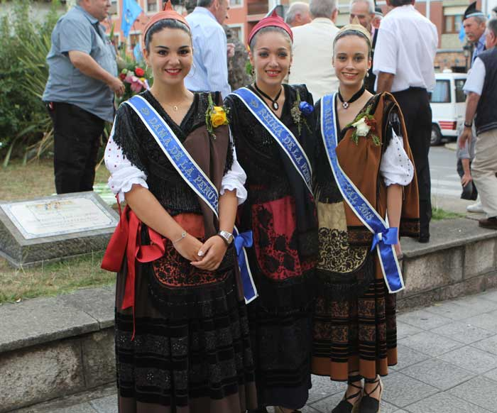 Puesta de largo de la Reina y las Damas de La Peruyal
