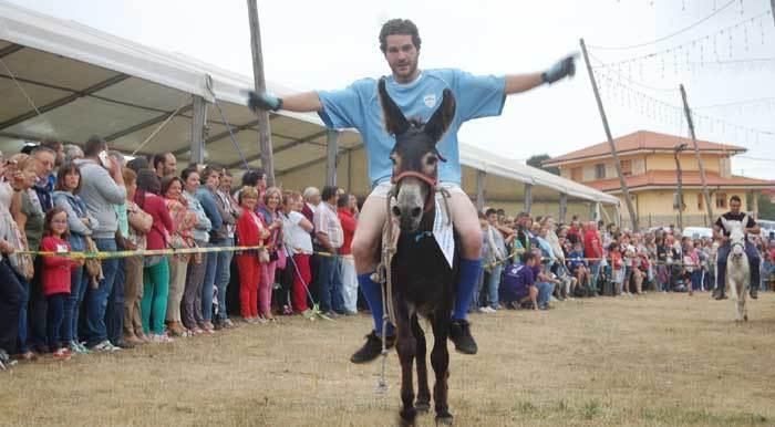 Uno de los jinetes que participó en la carrera folclórica de burros.