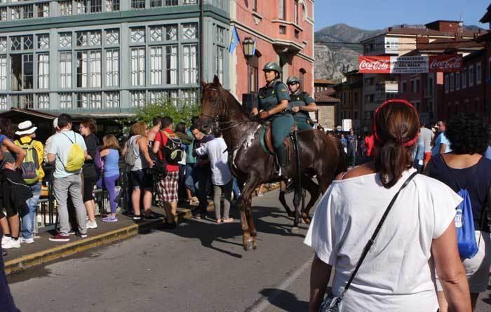 Guardias civiles a caballo en Arriondas.