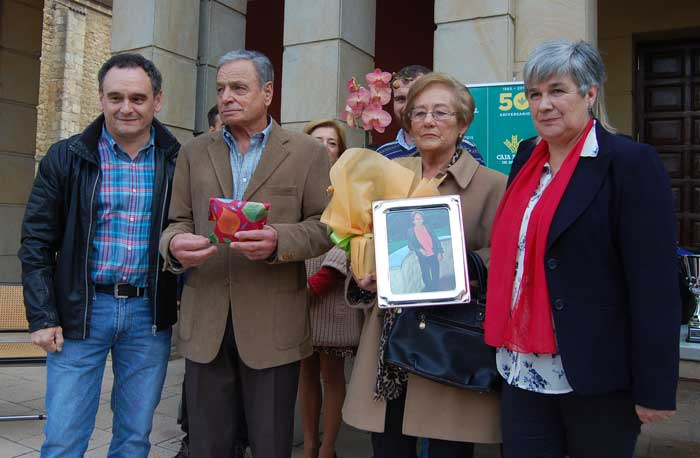 El alcalde de Nava con los Paisanos del Año.