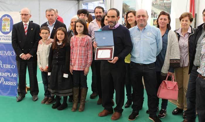 Los vecinos de La Roza de Parres recogieron en Arriondas su galardón como Pueblo Ejemplar 2015