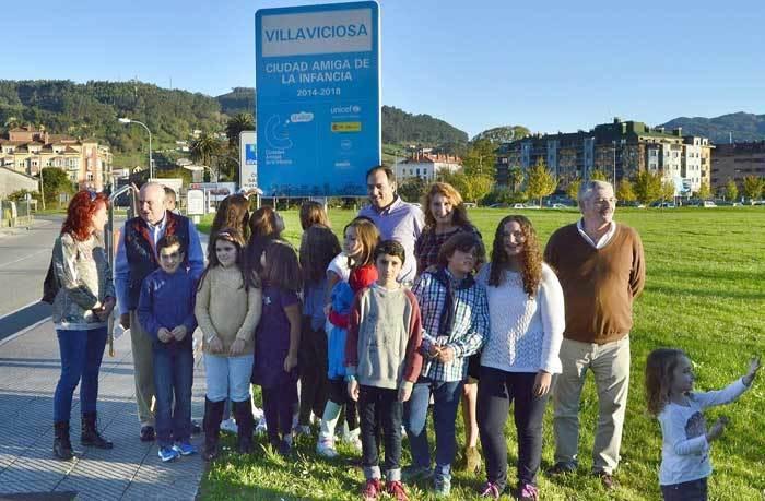 Villaviciosa colocó la señal que la distingue como Ciudad Amiga de la Infancia