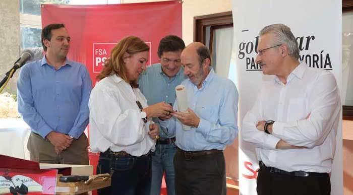 Homenaje del PSOE de Llanes a Rubalcaba y a los socialistas maliayos