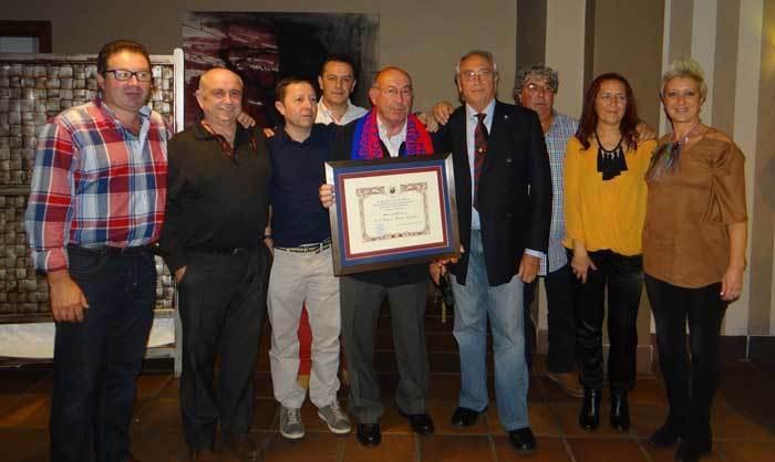 Homenaje de los barcelonistas de la Peña Don Pelayo a Paquito el peluqueru