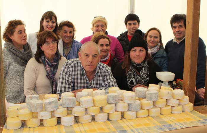 La alcaldesa de Ponga con los queseros de Ponga y Amieva.