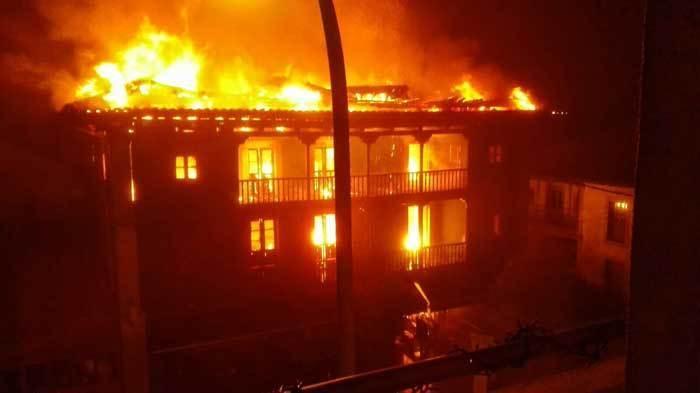 Espectacular incendio en el Restaurante La Pérgola de Sevares