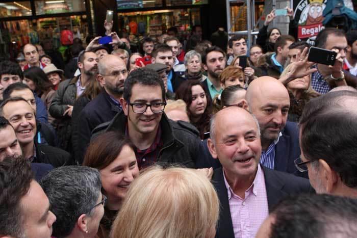 Rajoy, a la dcha. conversa con alcaldes de la Comarca.