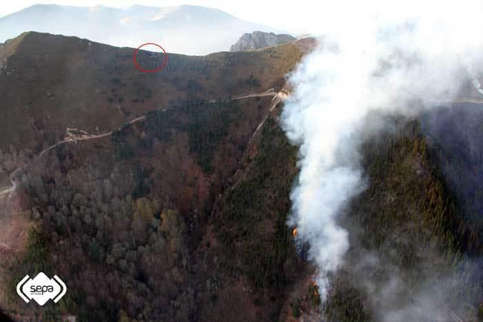 La circunferencia muestra el lugar donde impactó el helicóptero.