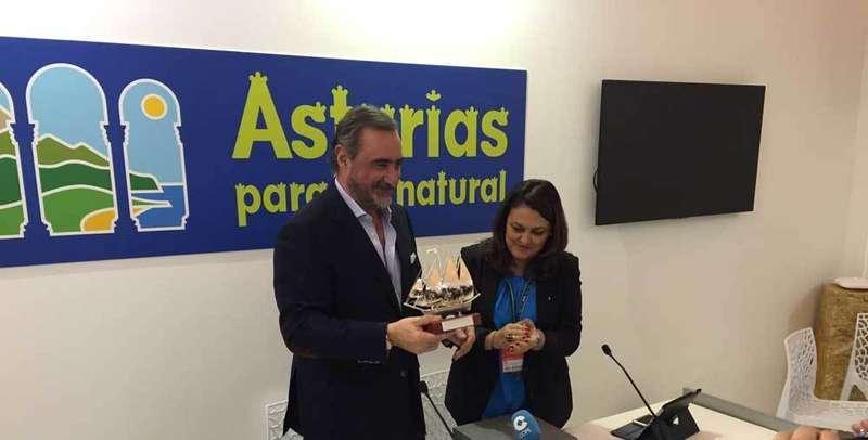La alcaldesa de Ribadesella entregó el Premio Villas Marineras a Carlos Herrera