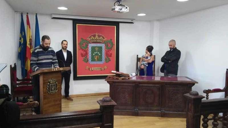 Hoy se ofició en La Pola el primer bautizo civil de Siero