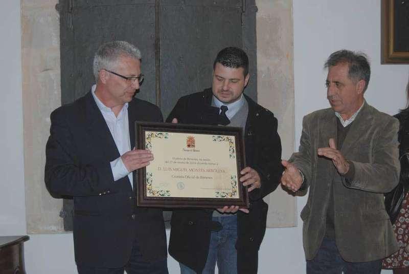 El alcalde (d.) entregó el diploma al Cronista.