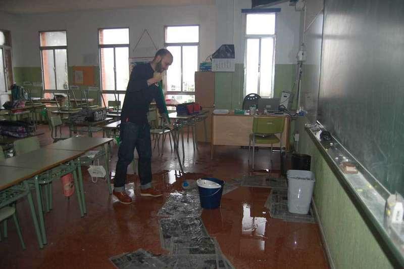 Inundaciones en el Colegio Celestino Montoto de Pola de Siero obligaron a suspender varias clases