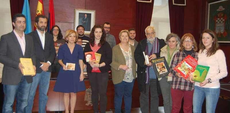 Entrega de libros en el Ayuntamiento de Noreña.