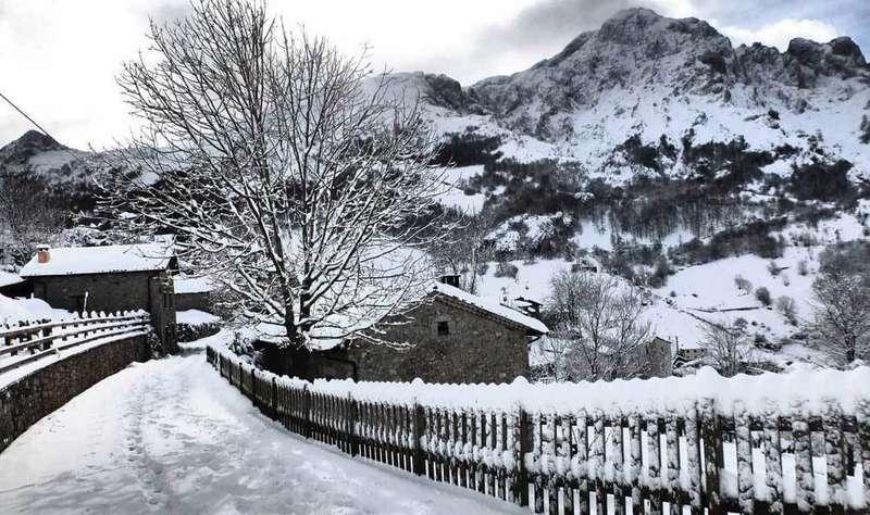 A las 18 horas  de hoy sábado entró en vigor la alerta roja por nevadas en cota de 600 m en el Oriente de Asturias