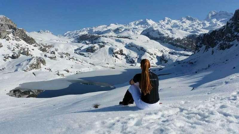 Marian Vega contempla el Lago Ercina.