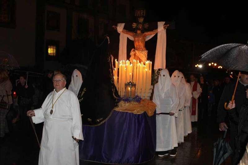 La procesión de la Soledad salió en Cangas de Onís a pesar de la lluvia