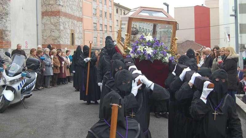 El Cristo Yacente salió por las calles de Lugones.