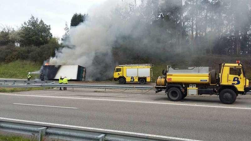 Espectacular accidente de un camión en la A 8 a la altura de Villaviciosa