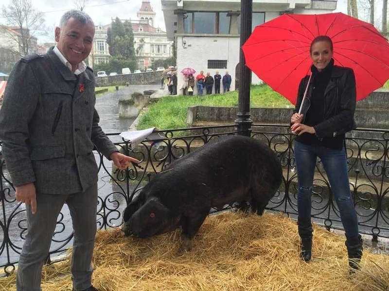 La subasta benéfica del Gochu Asturcelta recauda 3.000 euros para la Fundación Sandra Ibarra