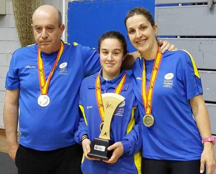 María González, en el centro, con el trofeo.