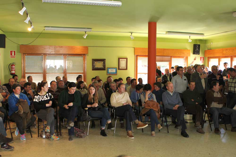 Alrededor de cien ganaderos estuvieron en la reunión de Arriondas.