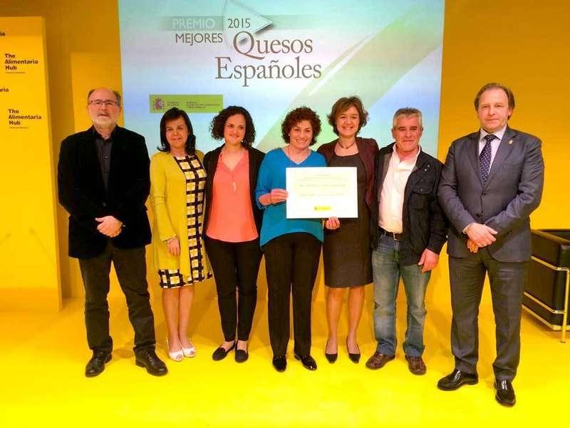 Autoridades y queseros en la recogida del Premio en Barcelona.