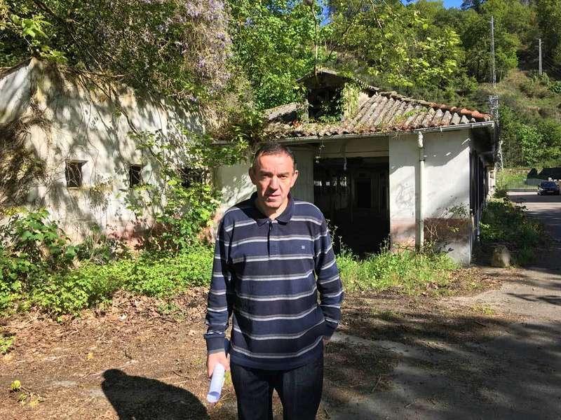 Andrés Rojo junto a uno de los edificios de Chupa Chups.