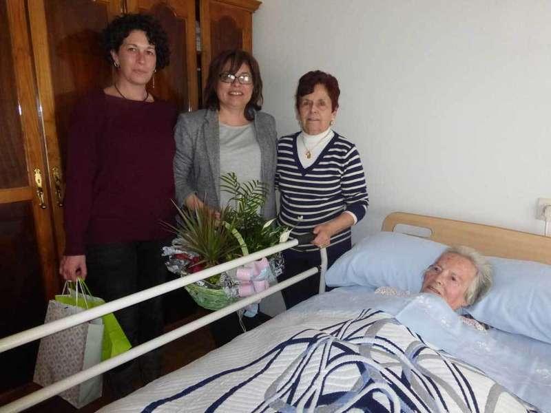 Visita de las ediles a Adelina Flórez