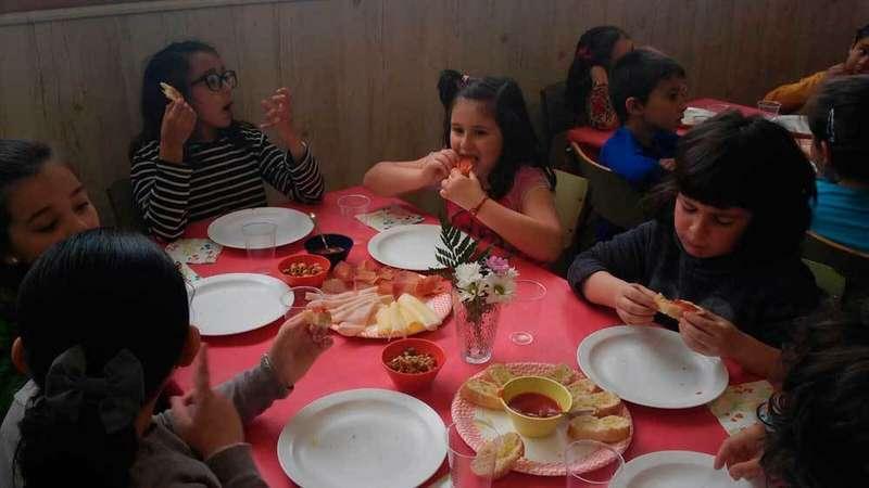 Alumnos del colegio de Posada desayunando.