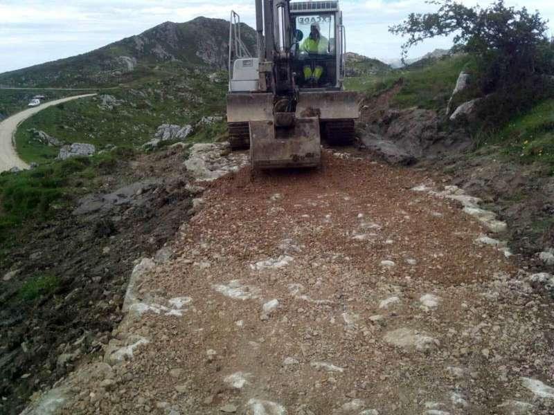 Arrancaron las obras de la pista  a la Vega las Mantegas en Onís