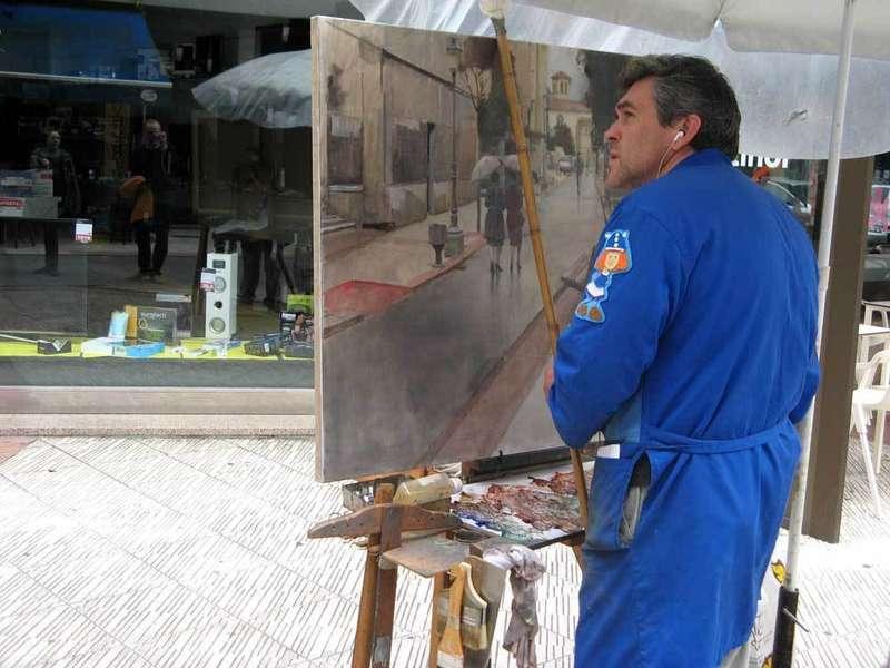 Raúl Gil pintando el cuadro ganador.