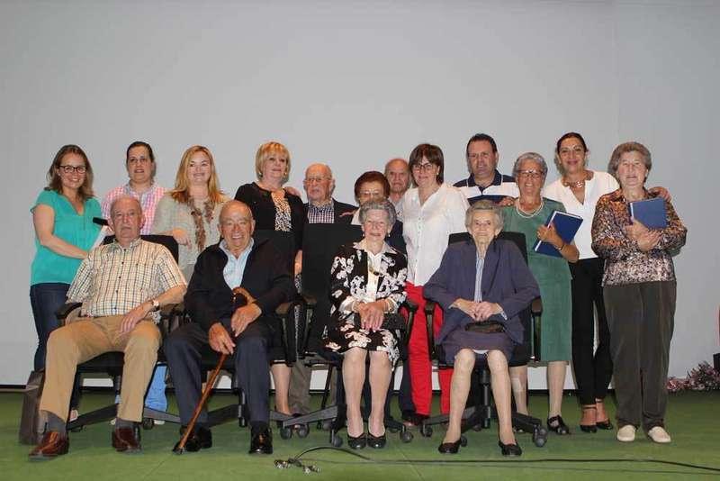 Foto de familia de los homenajeados y las autoridades.