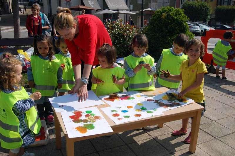 Los jóvenes pintores, en acción.