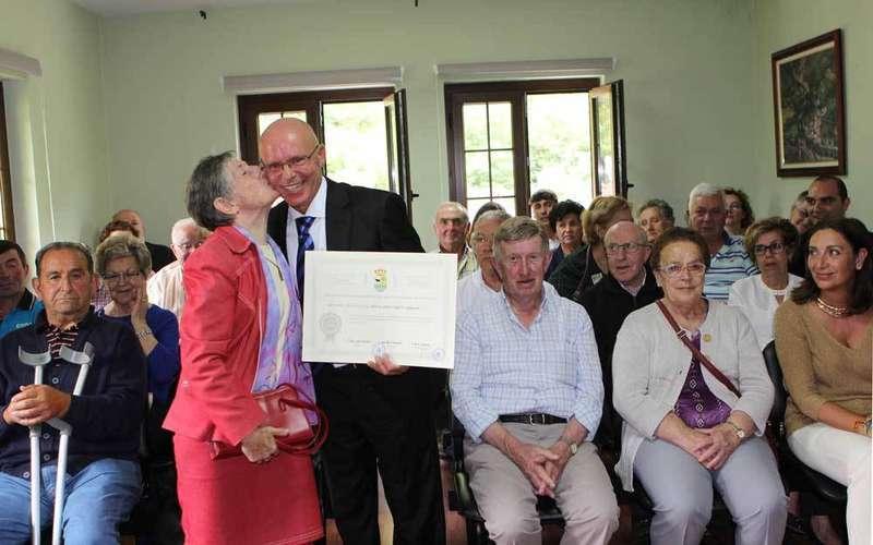 Manuel Ángel con el diploma de Hijo Adoptivo.