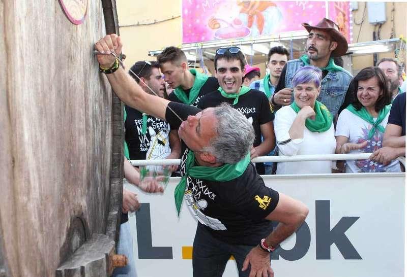 Juan Ramón Lucas bebiendo sidra a morru.