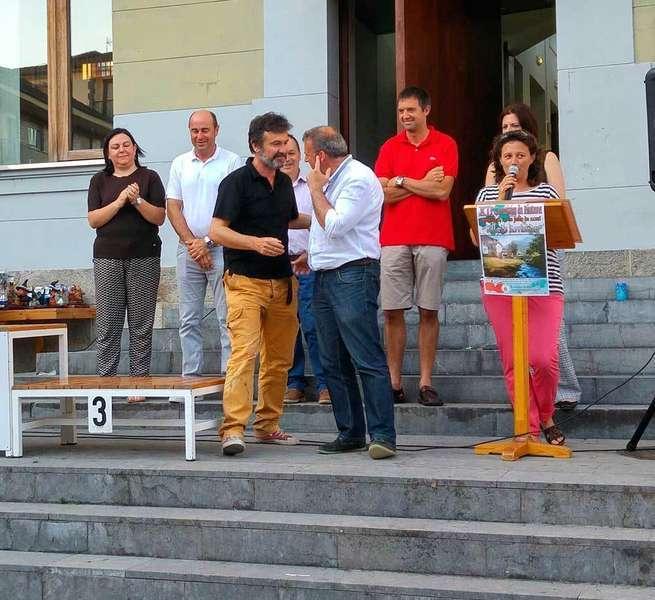 El ganador del Certamen recogiendo el premio.