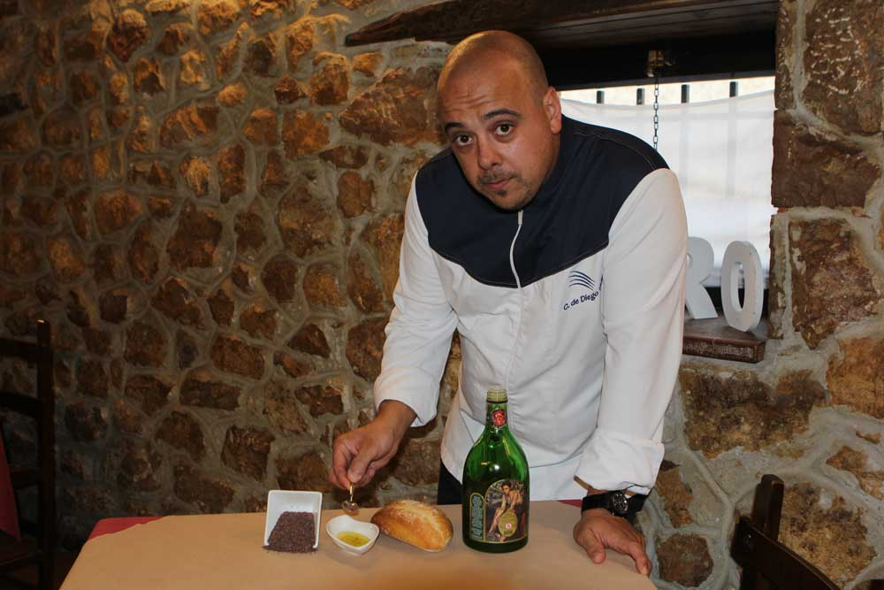 Christian de Diego preparando el sorprendente aperitivo de Casa Pedro.