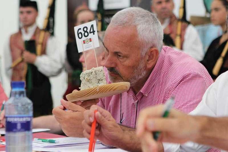 Uno de los jurados catando una pieza de Cabrales.