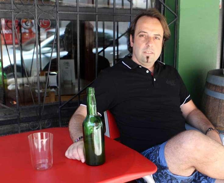 Luis Sariego tomando una sidra.