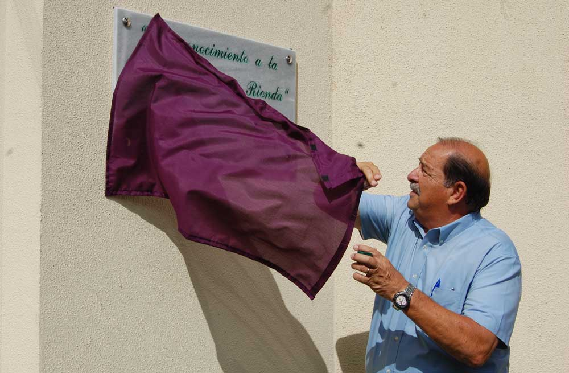 Carlos S. Rionda descubrió la placa.