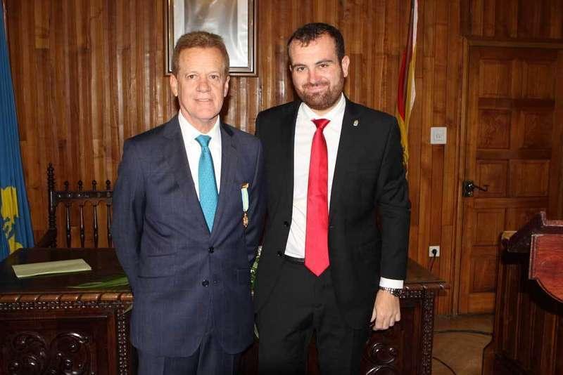 El presidente del Grupo Anaya recibió la distinción de Hijo Predilecto de Piloña