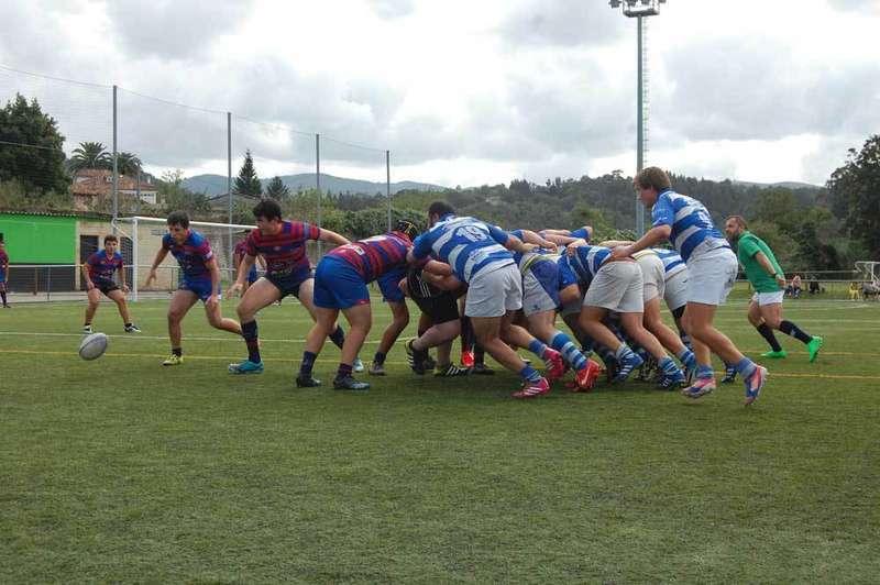 Un momento de partido disputado en Amandi.