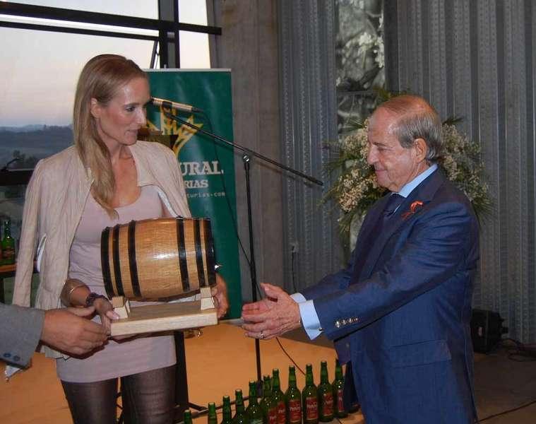 Sandra Ibarra le entregó el galardón a García.