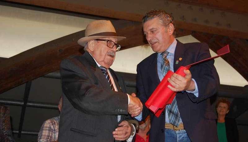 Manuel Peláez recibió el galardón de manos de César Díaz.